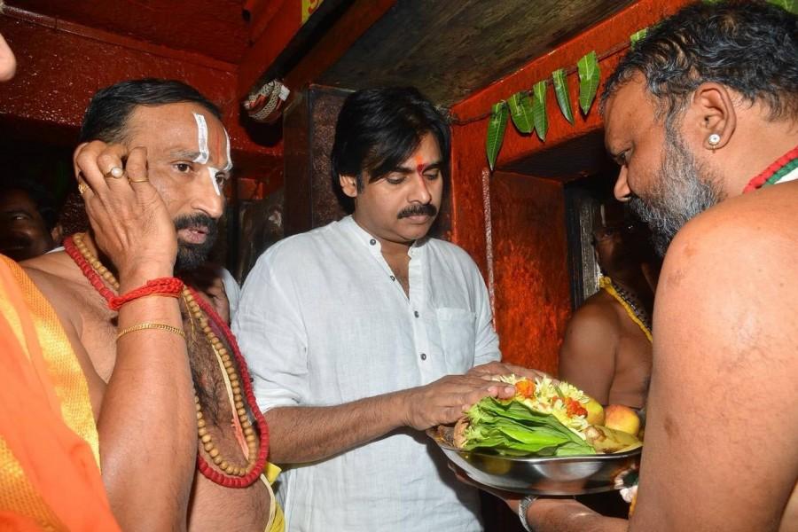 Pawan Kalyan,actor Pawan Kalyan,praja yatra,Pawan Kalyan at praja yatra,Anjaneyaswamy temple,Pawan Kalyan at Anjaneyaswamy temple,Jana Sena Party