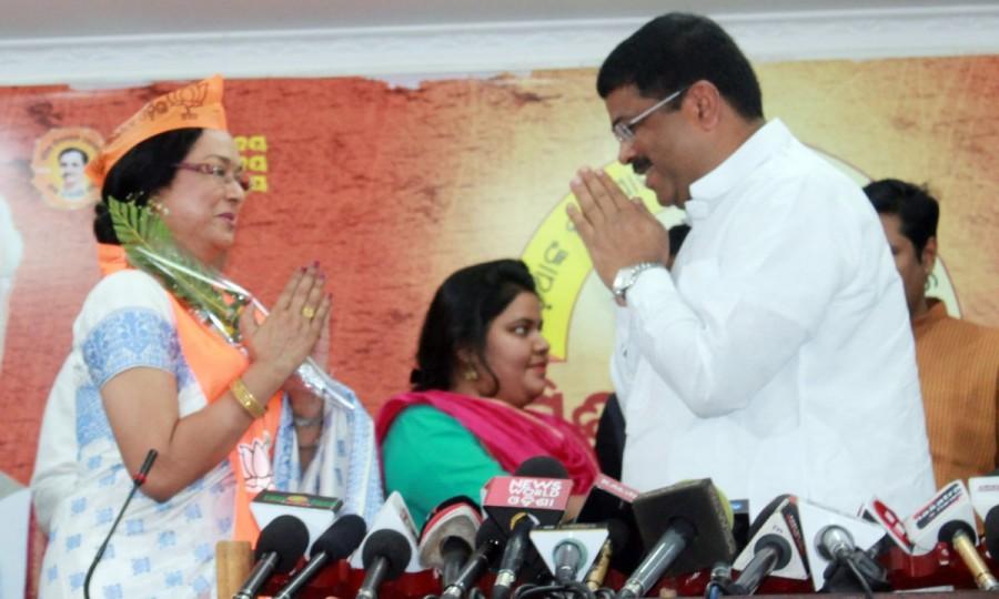Veteran Odia actress Mahasweta Ray,Mahasweta Ray,actress Mahasweta Ray,Mahasweta Ray joins BJP,Dharmendra Pradhan
