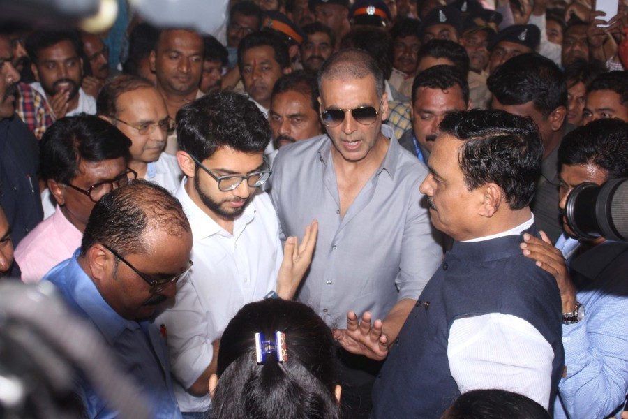 PadMan actor Akshay Kumar,Akshay Kumar,sanitary pad machine,actor Akshay Kumar,PadMan,PadMan promotion,bollywood actor,Akshay Kumar pics,Akshay Kumar wallpaper,Akshay Kumar poster,Menstrual Hygiene,Sanitary Pad,Mumbai Central Bus Depot
