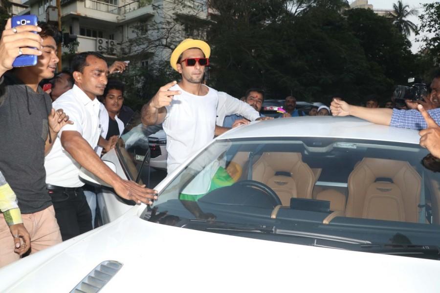 Ranveer Singh,Ranveer Singh in green skirt,Ranveer Singh in skirt,Ranveer Singh new style,International Women's Day,Ranveer Singh new pics,Ranveer Singh pics,Ranveer Singh wallpaper
