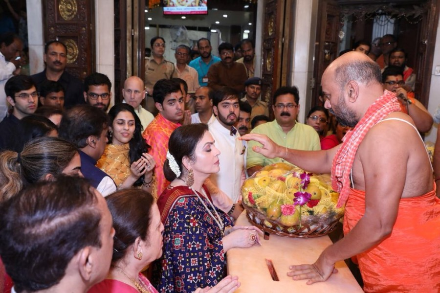 Akash Ambani and fiancee Shloka Mehta,Akash Ambani and Shloka Mehta,Akash Ambani and Shloka Mehta pics,Siddhivinayak temple,Akash Ambani at Siddhivinayak temple,Ambani at Siddhivinayak temple,Shloka Mehta at Siddhivinayak temple