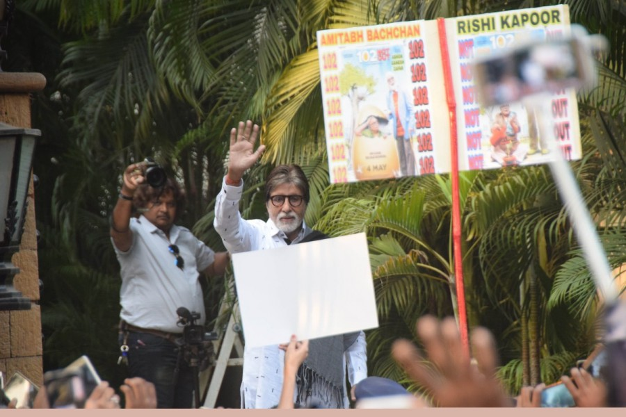Amitabh Bachchan,actor Amitabh Bachchan,Amitabh Bachchan meets fans,Amitabh Bachchan at Jalsa bungalow,Jalsa bungalow,Amitabh Bachchan pics,Amitabh Bachchan images
