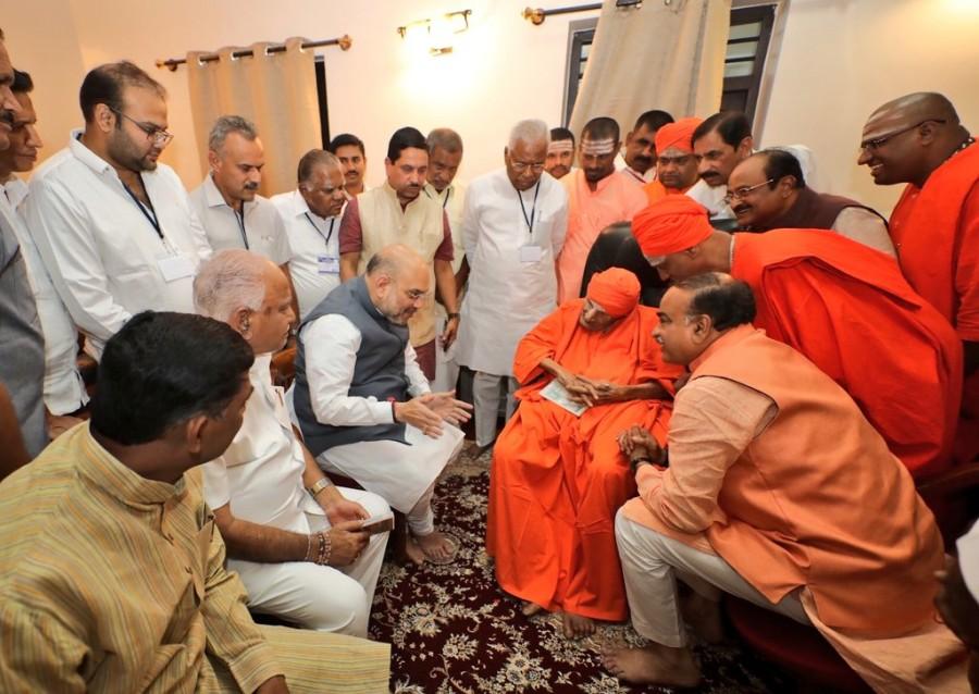 Amit Shah,BJP Amit Shah,BJP president,BJP president Amit Shah,Amit Shah in Karnataka,Amit Shah at Siddaganga Matha,Siddaganga Matha,Sri Sri Sri Shivakumara Swamiji