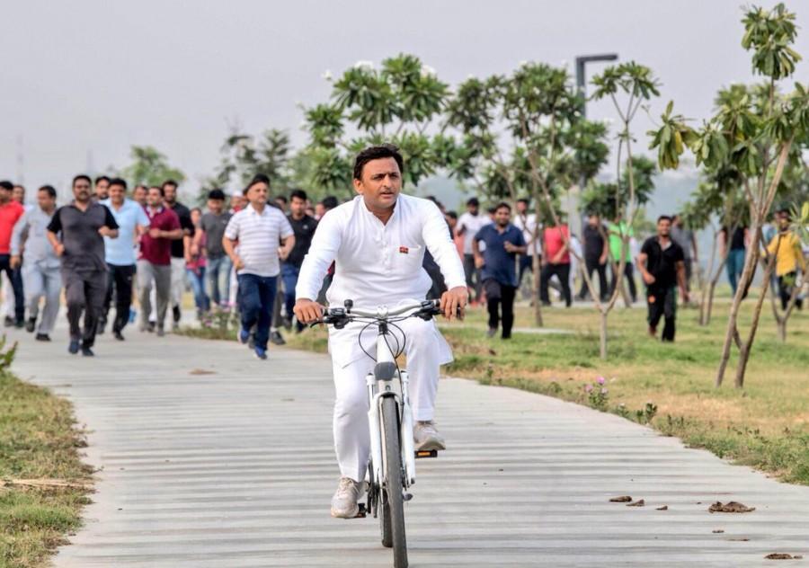 Akhilesh Yadav,CM Akhilesh Yadav,Former CM Akhilesh Yadav,Akhilesh Yadav cycling,Akhilesh Yadav plays cricket,Akhilesh Yadav playing cricket,Akhilesh Yadav in Lucknow