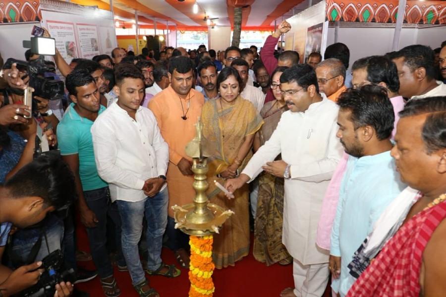 Dharmendra Pradhan,Dharmendra Pradhan inaugurates exhibition,Transforming India,Regional Outreach Bureau