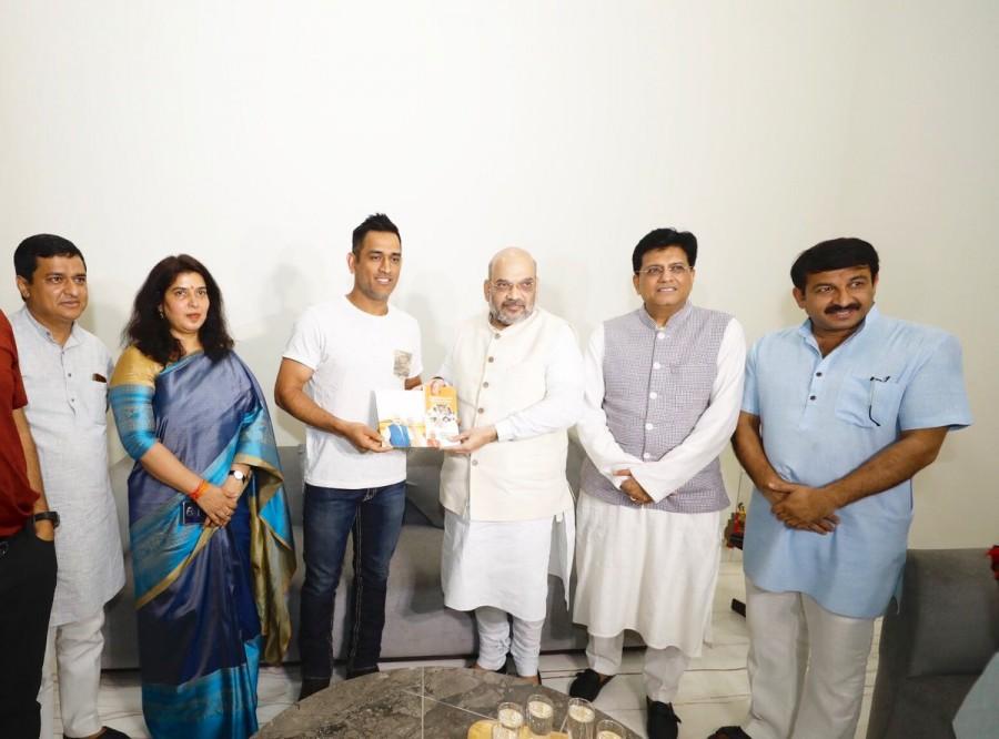 Sampark Se Samarthan,Amit Shah meets MS Dhoni,Amit Shah meets Dhoni,Mahendra Singh Dhoni,MS Dhoni,Sampark for Samarthan campaign