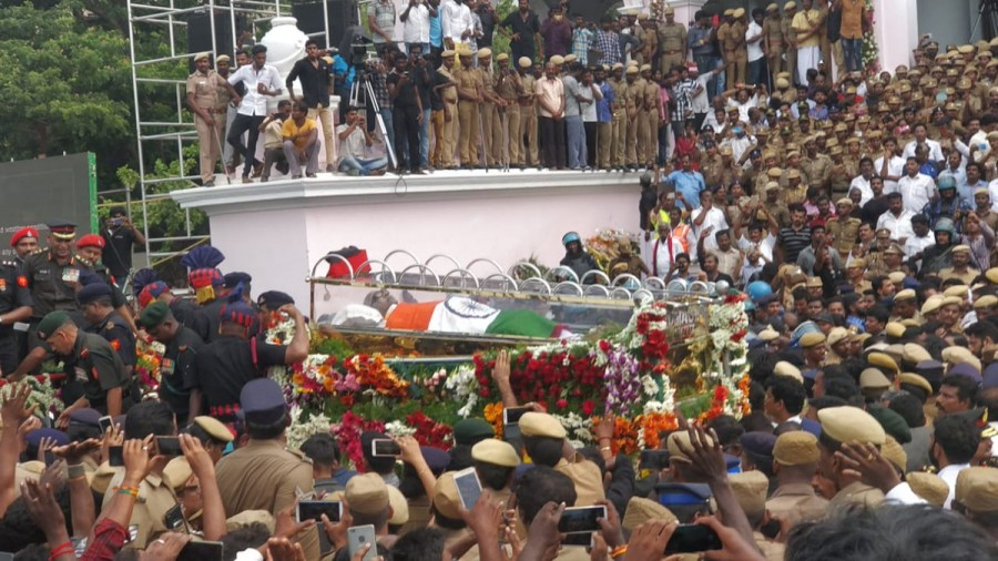 Karunanidhi,Karunanidhi mortal remains,Karunanidhi mortal Marina Beach,Marina Beach,Rajaji Hall to Marina Beach,Karunanidhi body,Karunanidhi dead,karunanidhi funeral