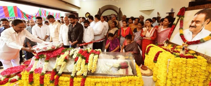Kalvakuntla Chandrashekar Rao,KCR,CM KCR,Nandamuri Harikrishna,Celebs pay respects to Nandamuri Harikrishna,Nandamuri Harikrishna funeral,Nandamuri Harikrishna funeral pics,Nandamuri Harikrishna funeral images,Nandamuri Harikrishna funeral stills,Nandamur