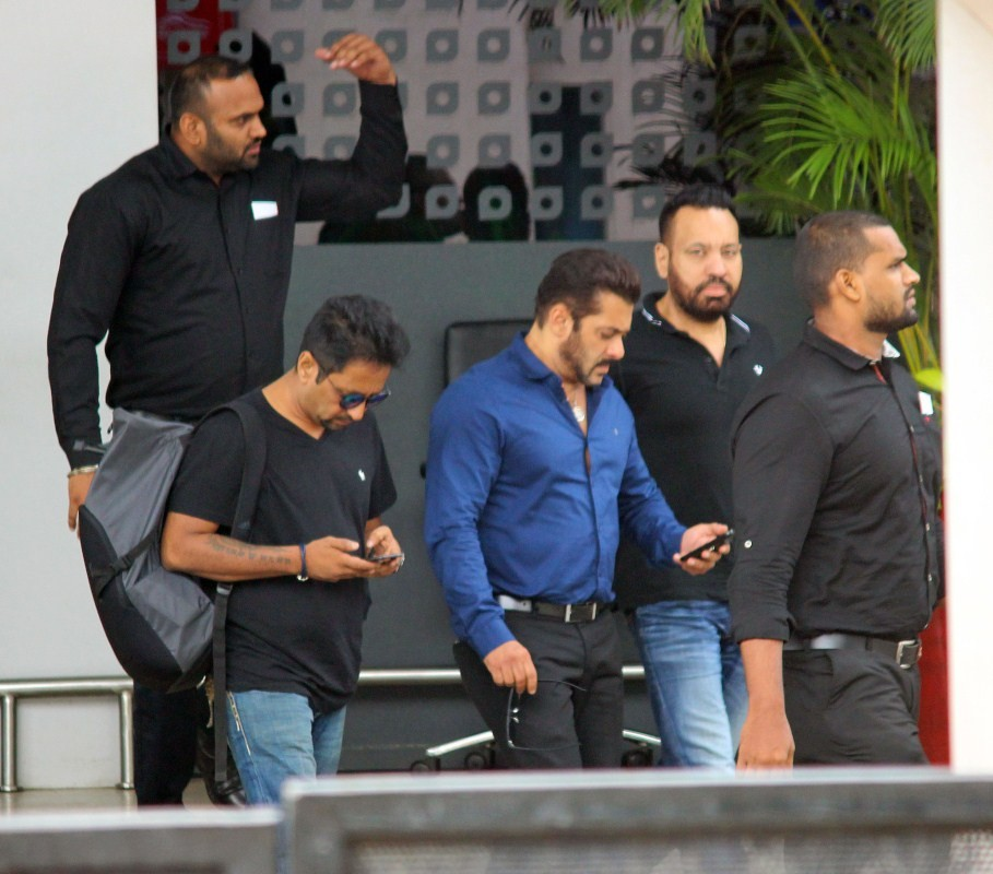 Salman Khan,Salman Khan at Kalina Airport,Salman Khan spotted at Kalina Airport,Salman Khan snapped at Kalina Airport,actor Salman Khan,Salman Khan pics,Salman Khan images,Salman Khan stills,Salman Khan pictures