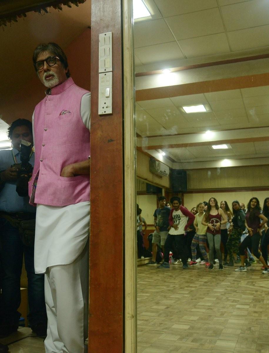 Amitabh Bachchan,Amitabh Bachchan sings,Amitabh Bachchan singing,Amitabh Bachchan 102 Not Out,102 Not Out,102 Not Out songs,Badumba,Badumba song,Badumba music