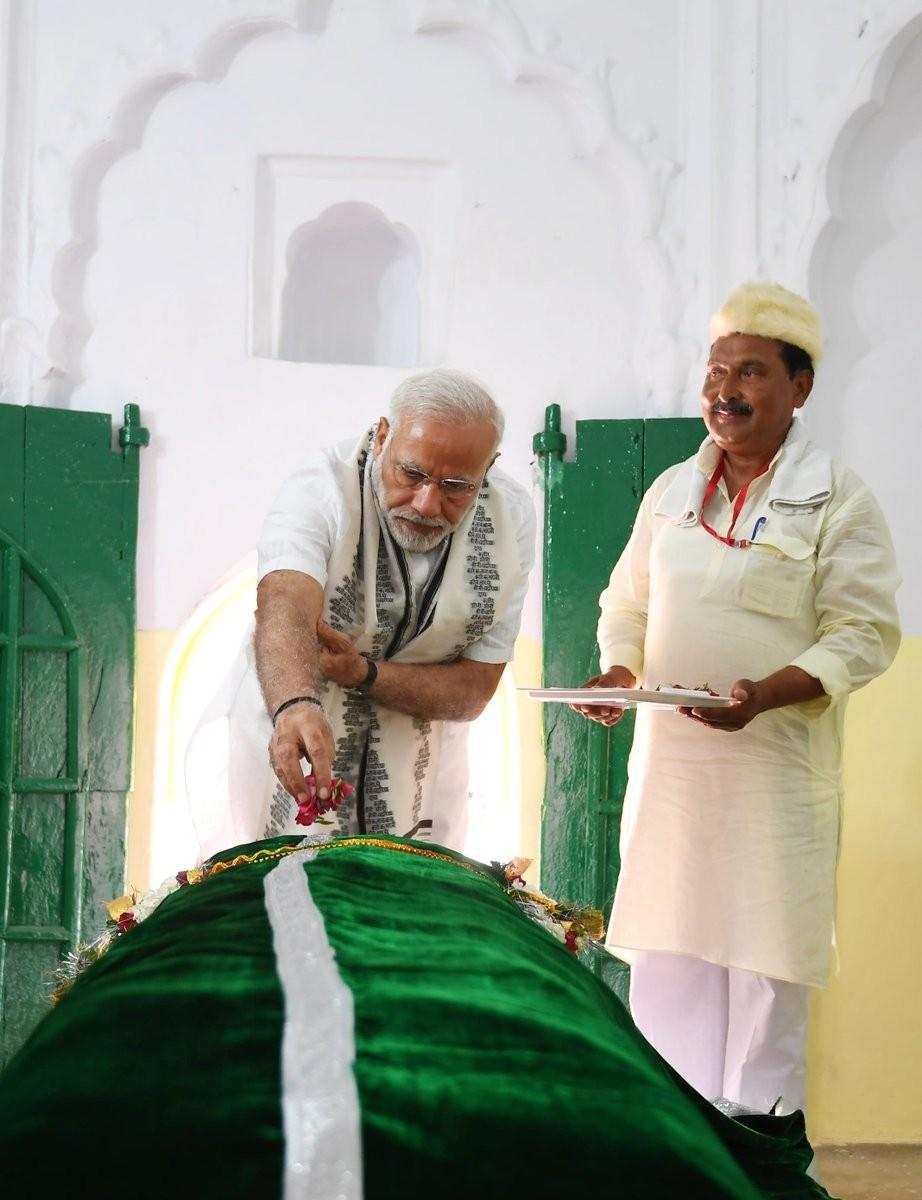 Modi pays tributes to Kabir Das,Kabir Das,Modi in Maghar,Narendra in Maghar,saint Kabir Das,Sant Kabir Nagar
