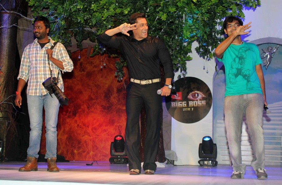 The superstar shakes a leg with fans (photo Varinder Chawla)