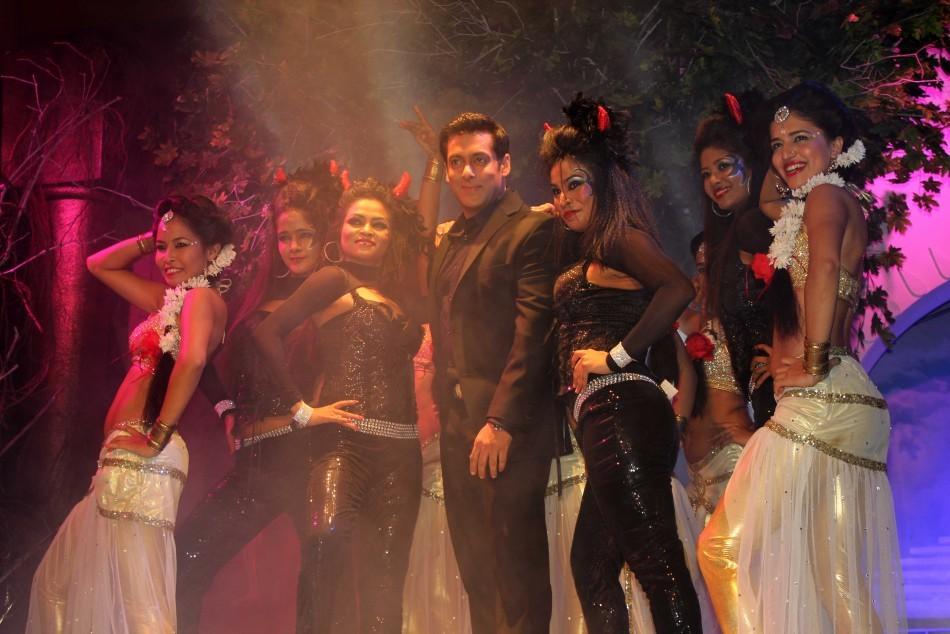Salman performs with dancers dressed as angels (photo Varinder Chawla)