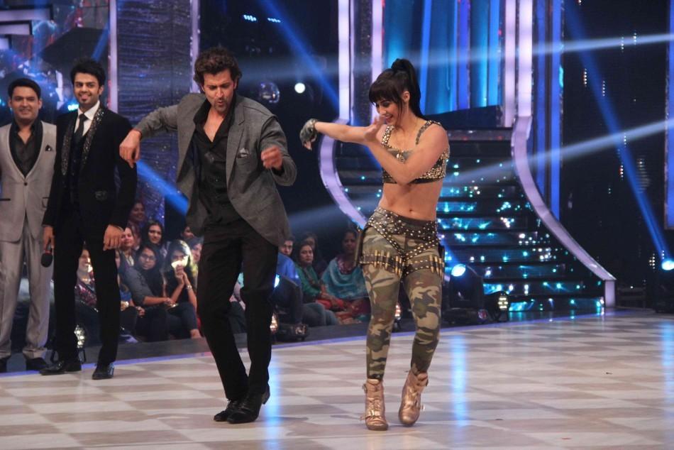 Hrithik Dances with participants (photo Varinder Chawla)