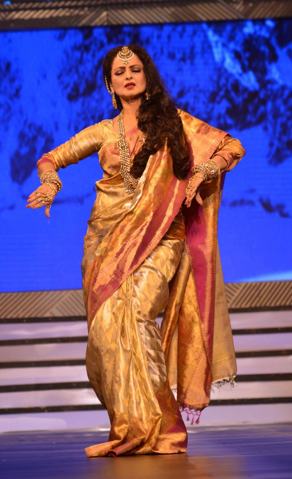 Eternal diva Rekha spruces up the ramp with some signature moves (varinder chawla)