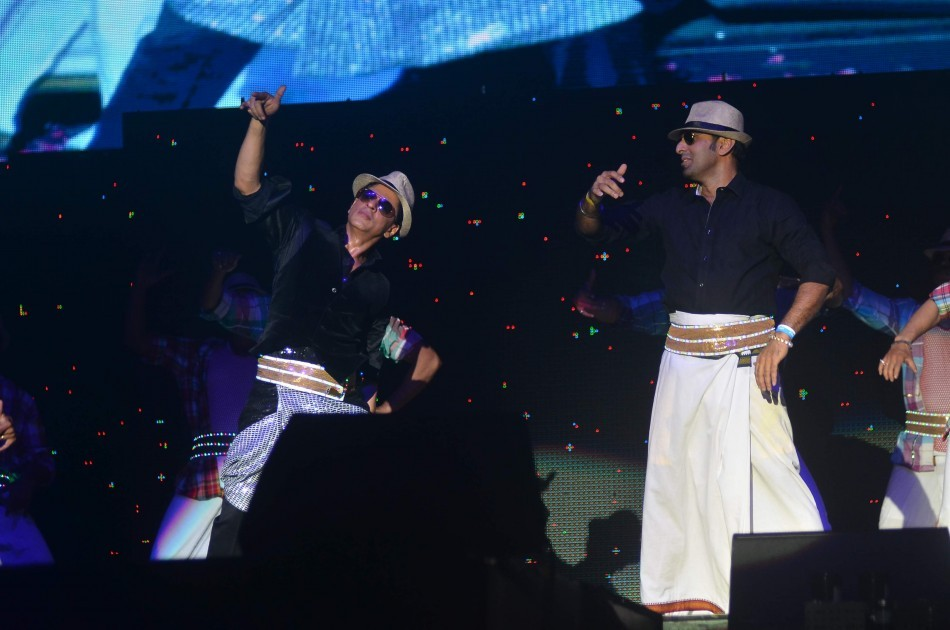 SRK and a audience member perform on Lungi Dance for Temptation Reloaded 2014 Malaysia (Varinder Chawla)