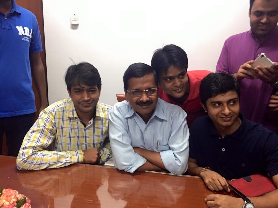 Arvind Kejriwal,Arvind Kejriwal birthday,Arvind Kejriwal birthday celebration,Arvind Kejriwal with AAP volunteers