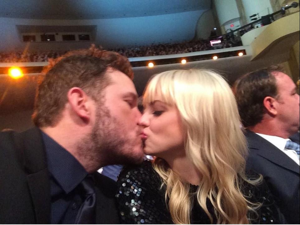 Pratt and Faris kissing at the NFL honours