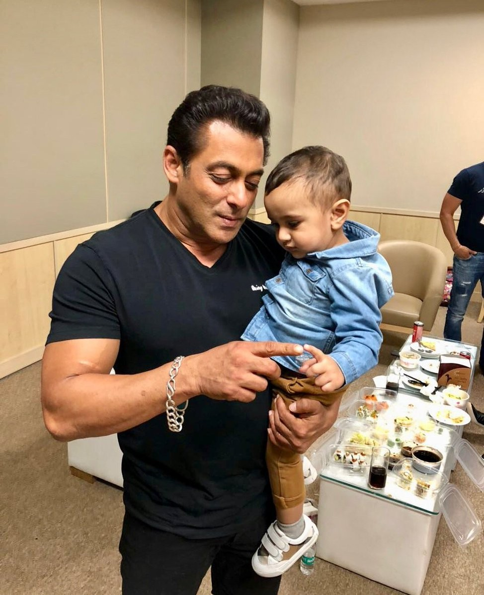Salman Khan,actor Salman Khan,Salman Khan with Irfan Pathan son,Salman Khan with Imran,Salman Khan at IPL,Salman Khan at IPL final,Salman Khan at IPL 2018,IPL 2018