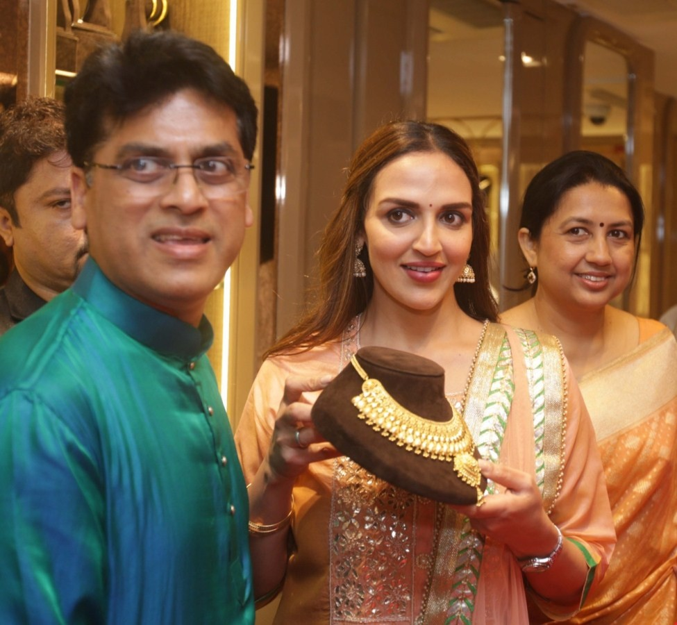 Esha Deol,actress Esha Deol,Esha Deol unveils Bengali bride look,Esha Deol Takhtani unveils Bengali bride look,Esha Deol Takhtani,Ram Kamal Mukherjee,Cakewalk