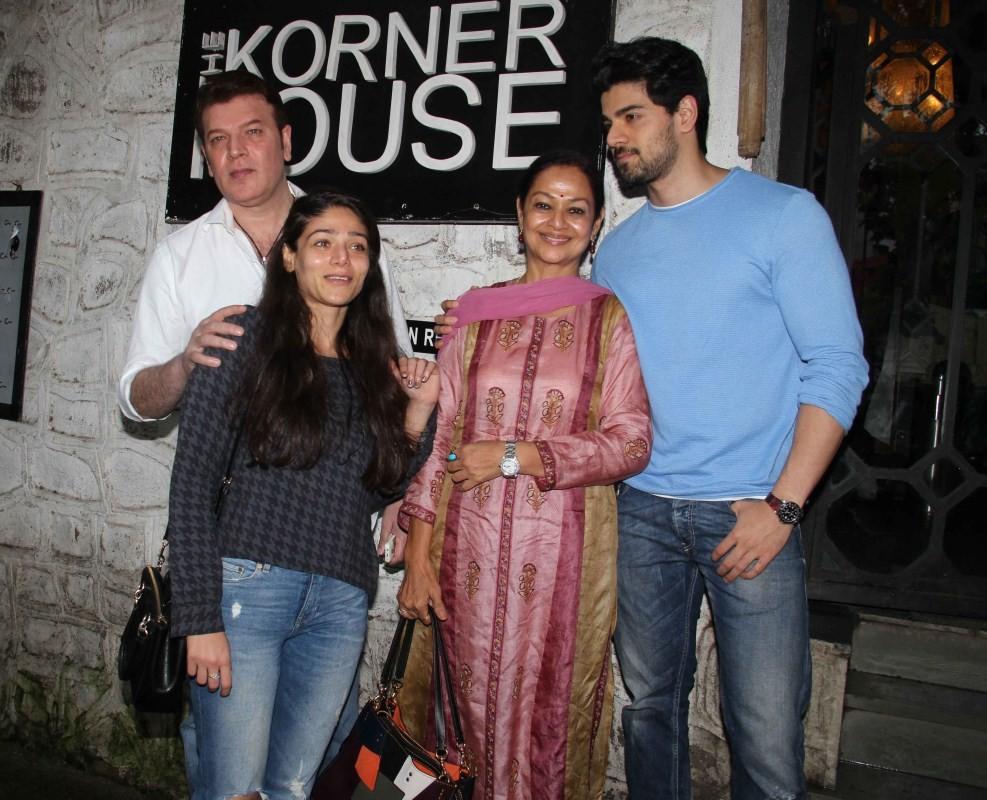 Sooraj Pancholi,Sooraj Pancholi  family,Sooraj Pancholi with family,Sooraj Pancholi spotted at Bandra,Sooraj Pancholi at Bandra