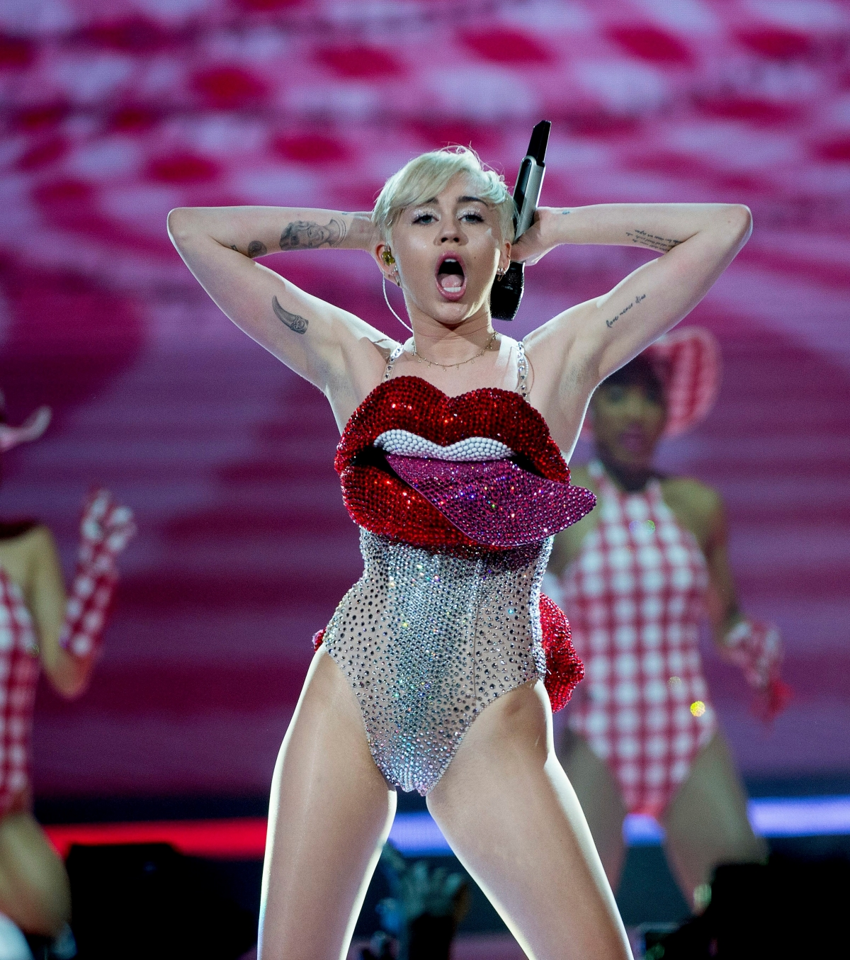 Did Miley Cyrus Suffer Wardrobe Malfunction During Madrid -5008