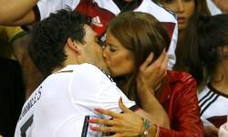 Mats Hummels kisses his girlfriend Cathy Fischer