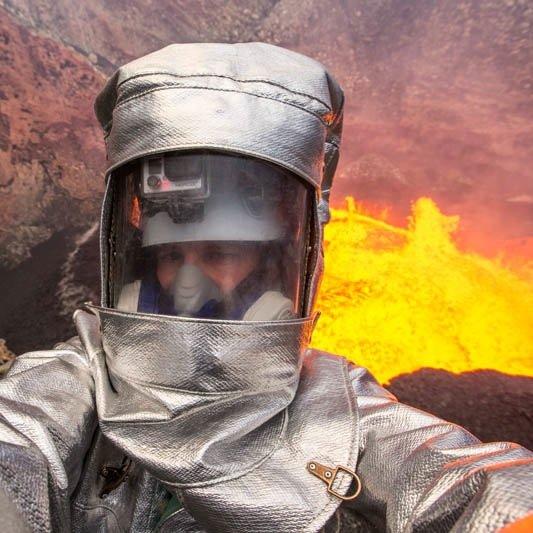 பொது அறிவு - அறிவியல் விளக்கம் (தொடர்) Man-takes-incredible-selfie-inside-active-volcano