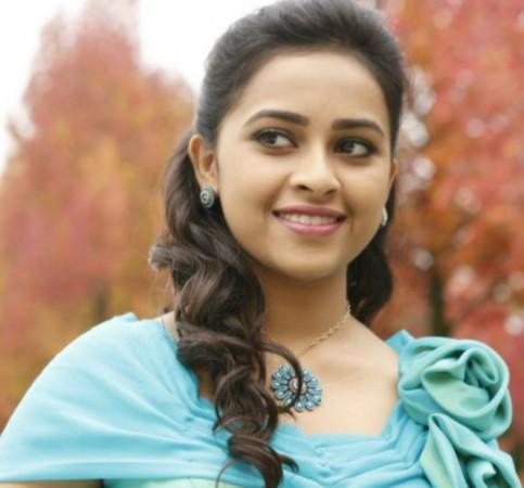 Indian Actress Photo Gallery : Priyamani in Towel Wet n