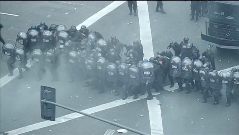 Argentina: Violence erupts on streets of Buenos Aires as leftist protesters clash with police