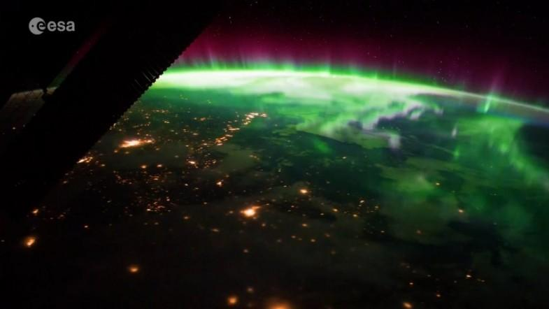 Space Station astronaut captures stunning aurora from above the earth