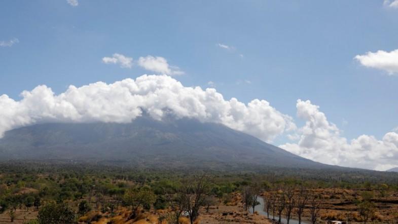 Nearly 50,000 evacuate area near Bali volcano