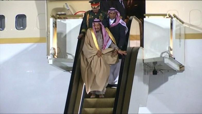 Saudi Kings golden escalator gets stuck
