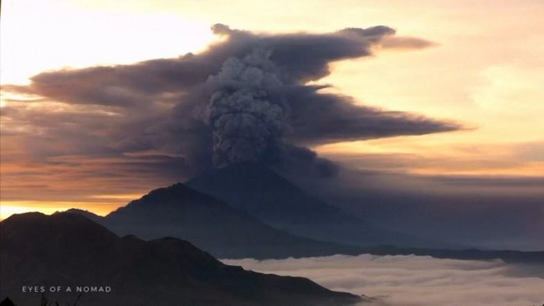 Timelapse video shows Bali volcano spewing ash