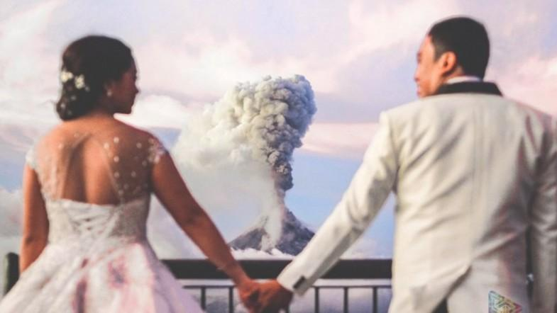 Couple weds dangerously close to Mayon volcano
