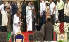 Mamata Banerjee reprimanding DIG Neelamani Raju at the oath-taking ceremony of Karnataka's new Chief Minister HD Kumaraswamy
