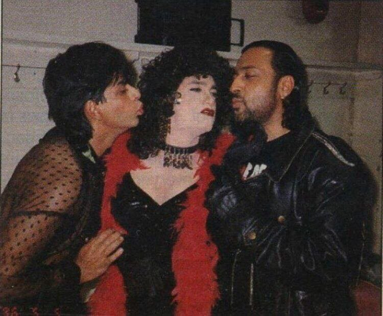 Throwback picture of Shah Rukh Khan, Gulshan Grover trying to kiss 'female'  Aamir Khan is too funny - IBTimes India