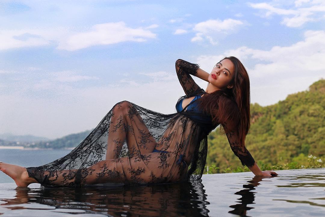 Chawla  nackt Surveen Actress Surveen
