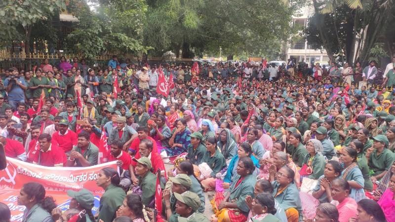 Bengaluru pourakarmikas protest at BBMP demanding regularisation of all workers