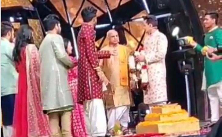 Neha Kakkar Aditya Narayan Are Now Married Newly Weds Blush In Viral Video Ibtimes India