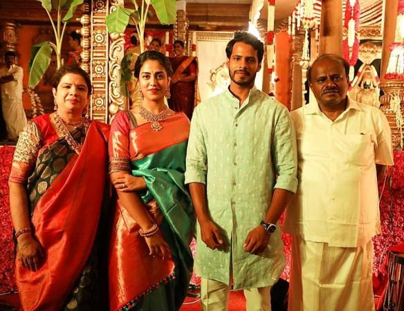 Nikhil Kumaraswamy with his wife-to-be and parents