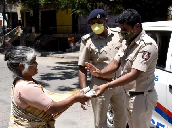 Bengaluru polisi muhtaçlara destek veriyor