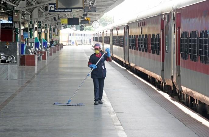 engaluru: 11 Mayıs 2020'de koronavirüsün yayılmasını hafifletmek için uygulanan genişletilmiş ülke çapında kilitlenme sırasında Bangalore City tren istasyonunu temizlemek ve dezenfekte etmekle meşgul sanitasyon personeli.