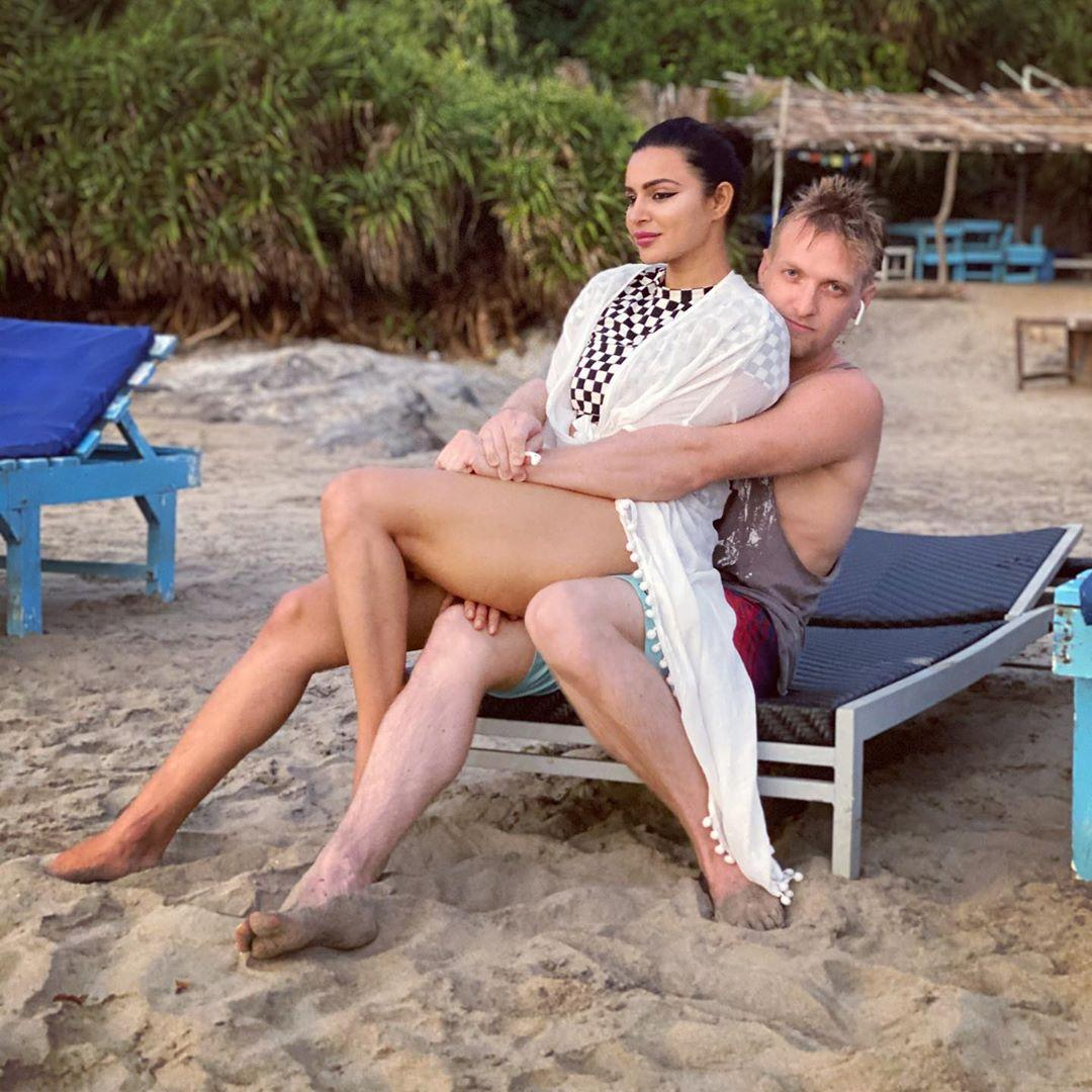 Exclusive) Aashka Goradia spills the beans on the key to a successful  marriage, work plans and more - IBTimes India