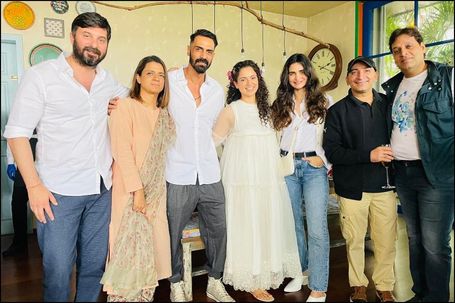 Kangana Ranaut parties with Arjun Rampal, Gabriella Demetriades, and  Dhaakad team, netizens react - IBTimes India