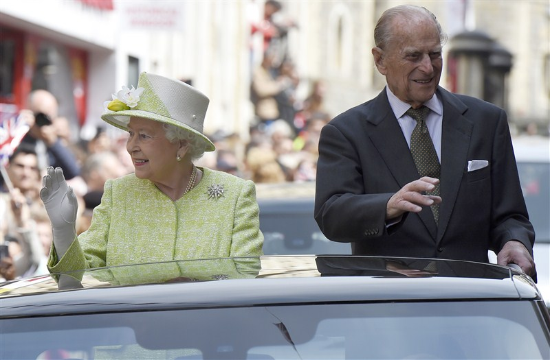 Queen at 90: Royal fans gather outside Windsor Castle for
