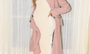 Pregnant Beyonce shows off her growing baby bump.