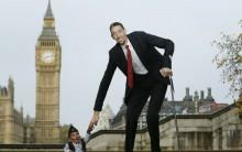 The world's shortest man Chandra Bahadur Dangi greets the tallest living man Sultan Kosen to mark the Guinness World Records Day in London November 13, 2014. Kosen measuring 251cm, towers over Dangi who is only 54.6cm tall. The Guinness World Records celebrates its 60th edition of the annual records book.